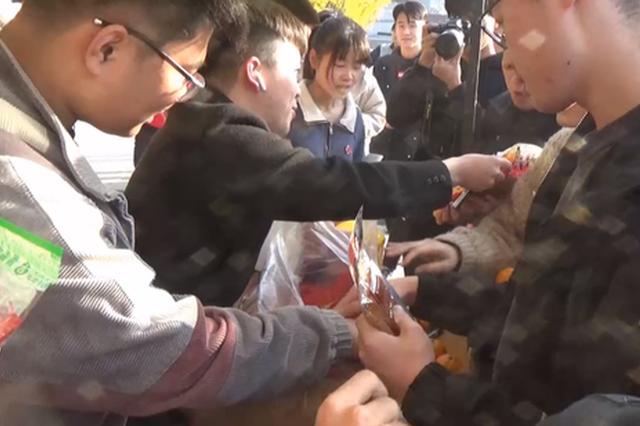 洛阳高校辅导员广场带考研学生做游戏减压 现场发百包辣条