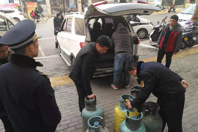 郑州金水区多部门联合执法 对私自倒装液化气进行治理