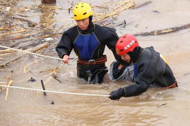 三门峡:惊险!男子失足落入黄河!