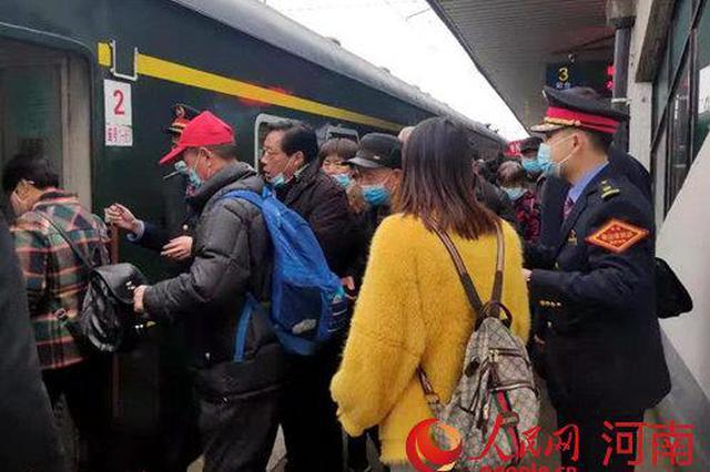 洛阳:火车接力汽车 百余名老人安全出发
