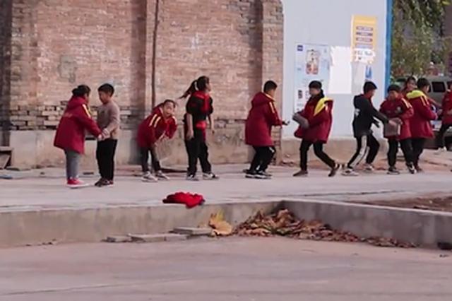 真搬砖!焦作一学校修路 小学生排队接力帮忙