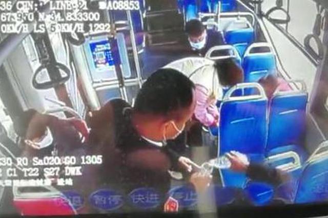 """郑州公交车长帮助""""金鱼一家""""团圆 第二天收到回礼"""