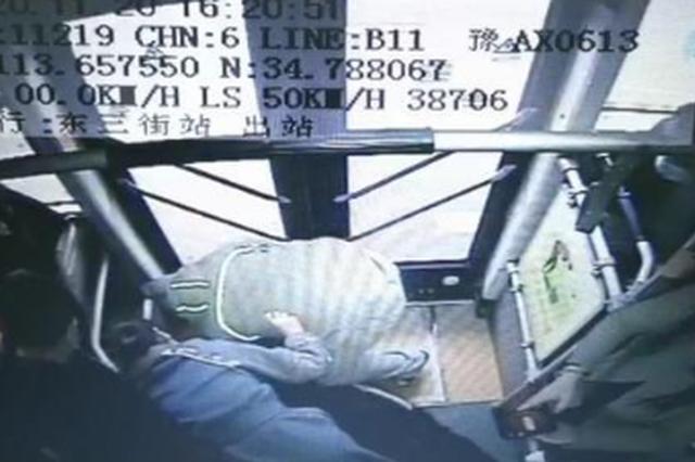 郑州一公交车内乘客突发癫痫 暖心医生及时救助