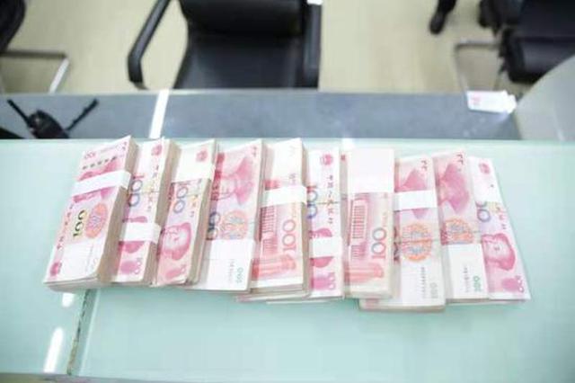 醉酒旅客丢失十万现金 郑东女警热心帮助找回