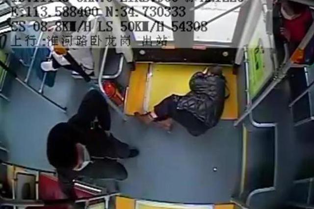 女乘客晕倒在车厢 郑州车长急中生智救助