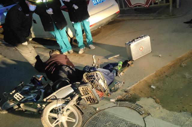 施工警示护栏被移走 郑州一男子骑车经过摔得头破血流