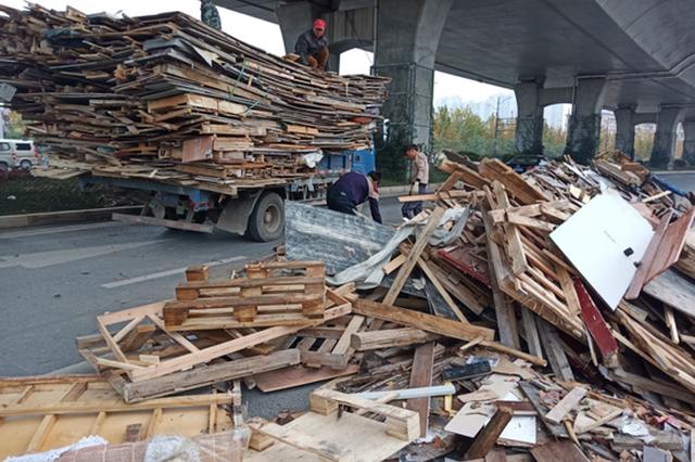 事发郑州 这些东西从货车上掉下来 车主居然不要了!