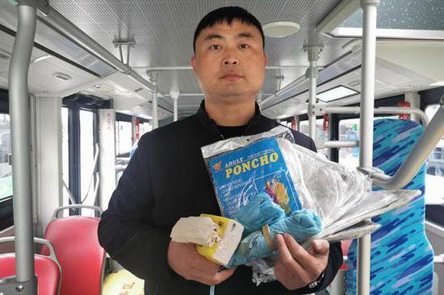 """郑州公交车长赠送乘客一把伞 乘客拿50件雨衣""""回礼"""""""