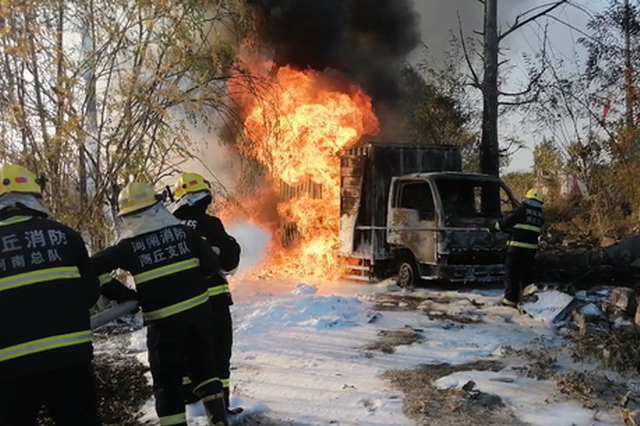 载有油罐的厢式货车突发大火 商丘消防1小时紧急扑救