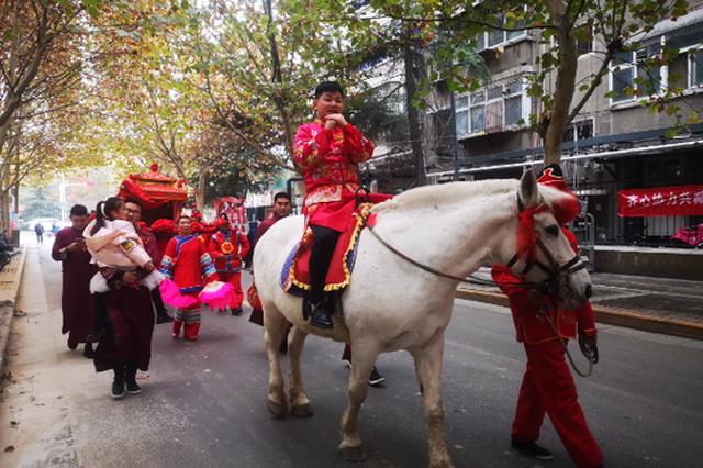 郑州街头现传统婚礼 用大花轿迎娶新娘(图)