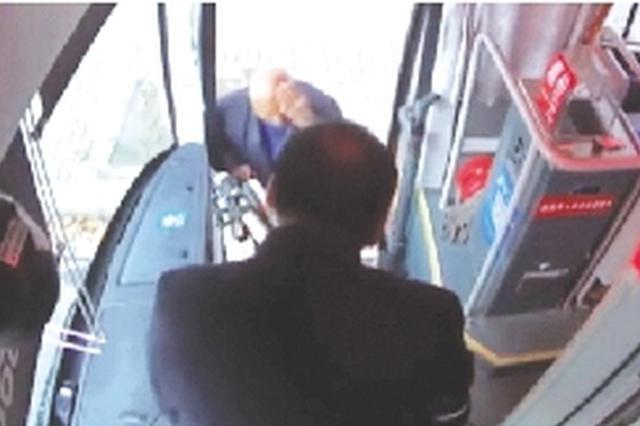 郑州老人头破血流上公交 车长2次寻医带其包扎