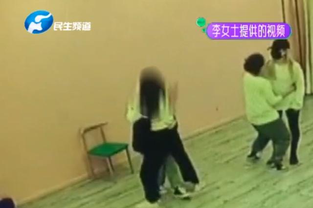 """郑州俩女子学视频玩""""男友力"""" 谁知下一秒却受伤了"""
