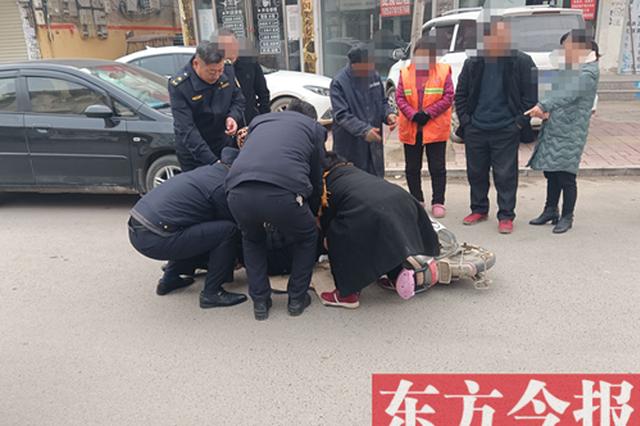 虞城市民骑车摔倒受伤 城管队员携手相助