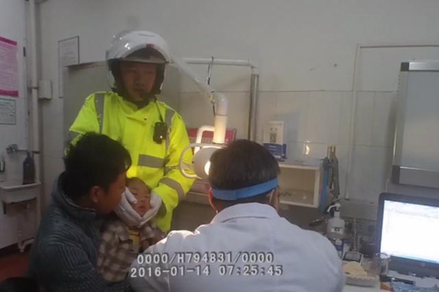 孩童鼻腔塞异物 交警急送医 配合医生取出却不忍细看