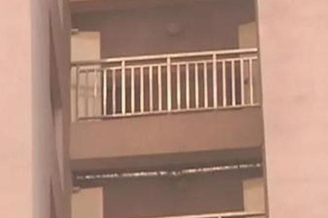 你害怕小区的栏杆吗?郑州一小区这栏杆 晃的太吓人了