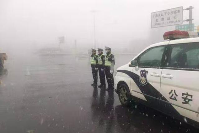 首降瑞雪!郑州交警启动恶劣天气预案保通