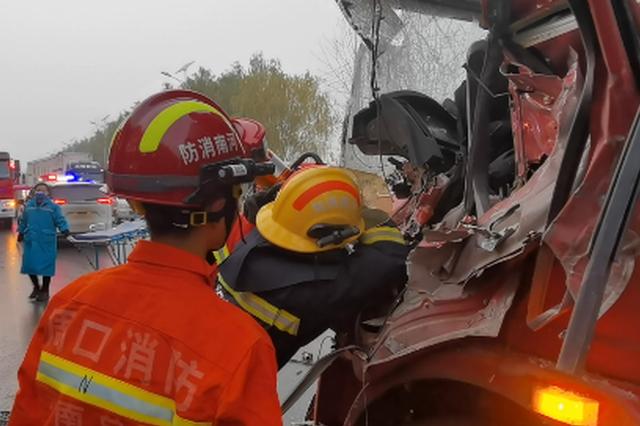 周口街头两货车相撞 消防员扩张救人