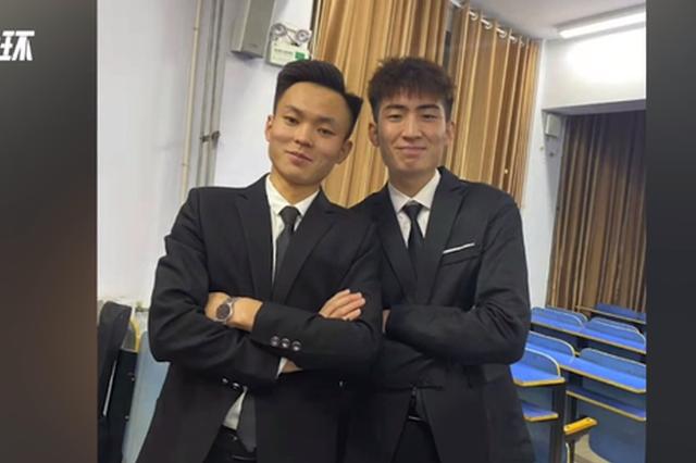 许昌高校老师送男生领带做毕业礼:走上社会注意形象