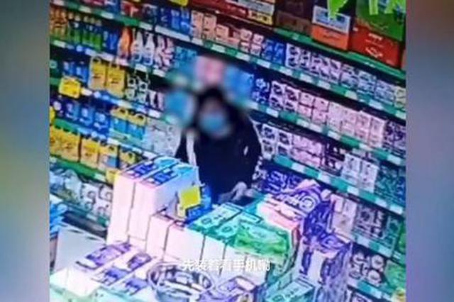 女子超市盗物像搬家塞满裤腰 辣条和拖鞋都不放过