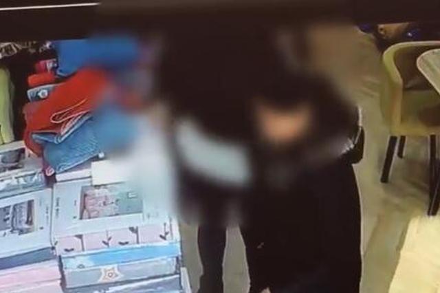 洛阳一女子在多家店铺行窃被抓 裤子里搜出多件枕套