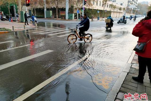郑州街头夜间施工顶管顶破自来水管道 致路面塌陷