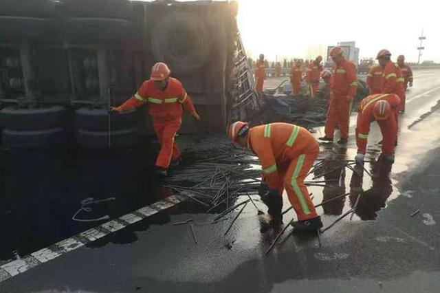 许昌高速公路突发货车侧翻事故 多部门联动快速处置