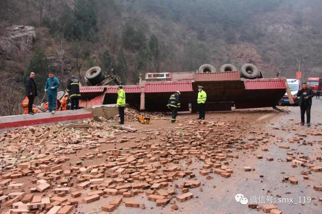 三门峡满载砖块货车不慎侧翻 满地砖块 一人被困