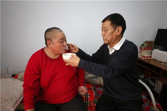 三门峡男子不离不弃照顾瘫痪前妻 17年如一日(图)