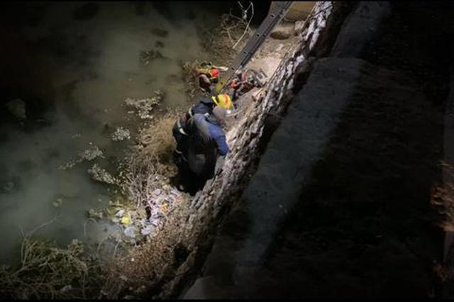 老人夜晚骑车不慎掉落河中 鹤壁消防紧急救援