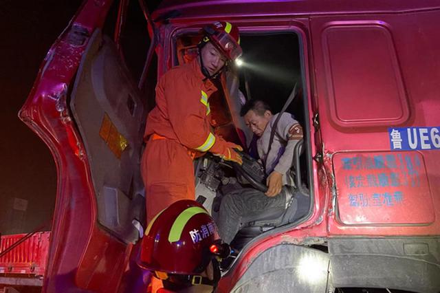商丘两货车追尾可燃气泄漏 司机被困动弹不得