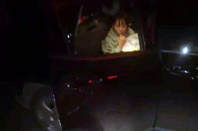 9岁孩子密闭空间酣睡疑似昏迷 机场公安果断破窗营救获好评