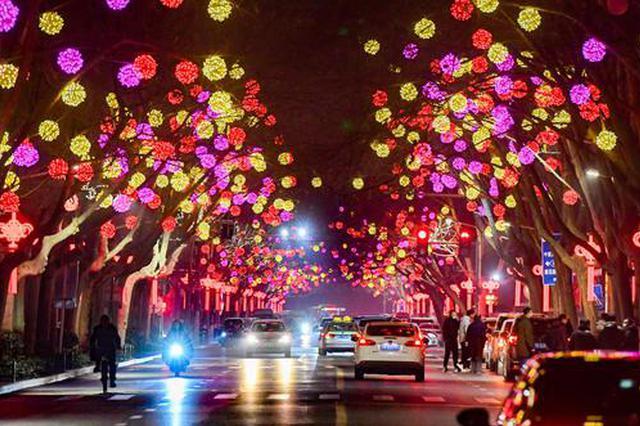 满城彩灯点亮 郑州春节气氛渐浓(图)