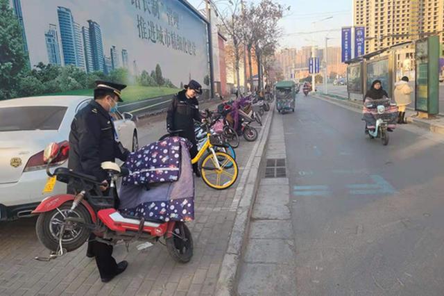 非机动车在郑州市区可别乱停乱放 专项治理进行中!