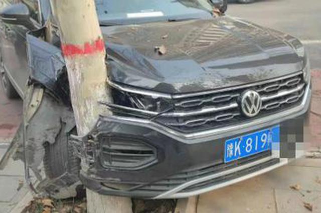 许昌小夫妻行车途中打架 车撞树后妻子又跳河幸被民警救起