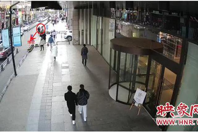 """""""国际大盗""""现身郑州商场偷手机被抓 现场""""表演""""技术"""