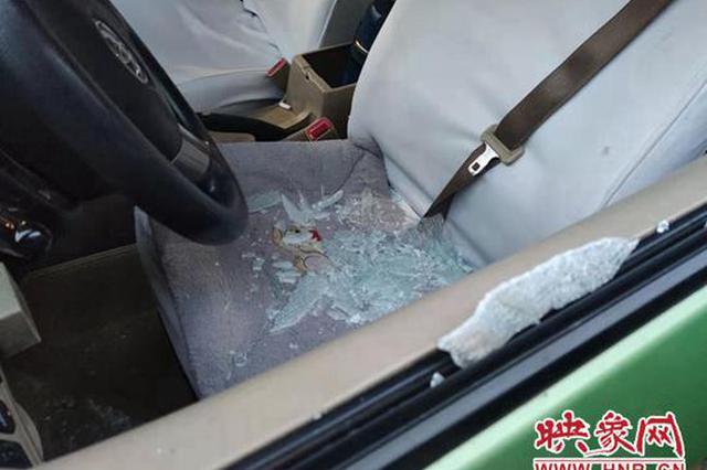 疑似郑州一出租车停在斑马线上过夜被砸 车内钱物未丢