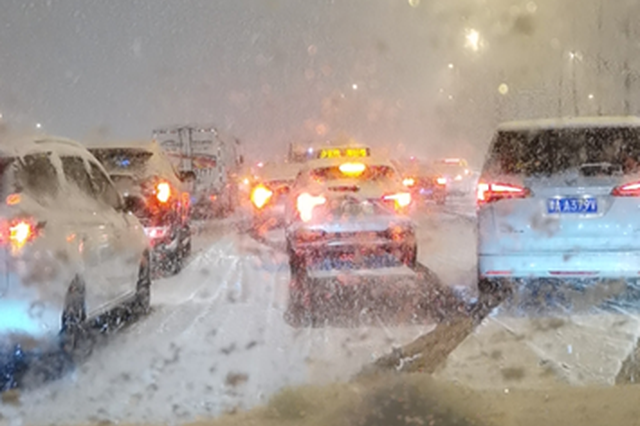 郑州立交桥上已有积雪 开车出行请避开易积雪路段