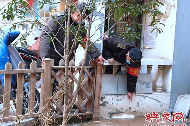 郑州一小区暖气爆管 热水漫过楼前花草