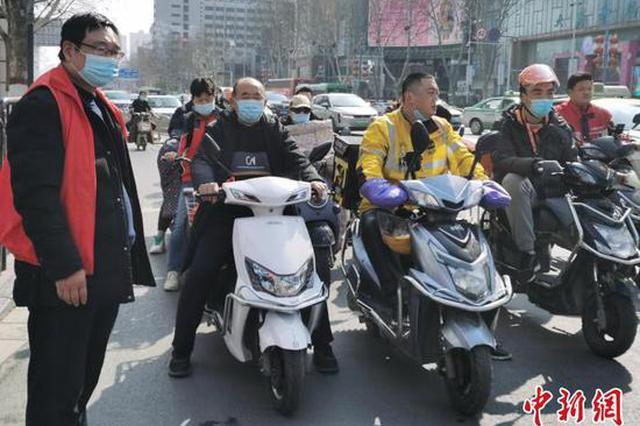 郑州电动车戴头盔问题引关注