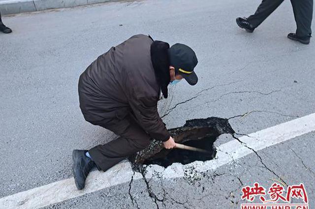 郑州一道路塌陷致使两车险些追尾 市政部门及时抢修