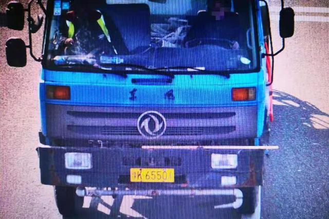 100辆大货车因违法占用高速公路应急车道通行被曝光