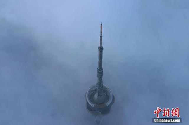 郑州大雾:俯瞰地标建筑 塔顶若隐若现(图)