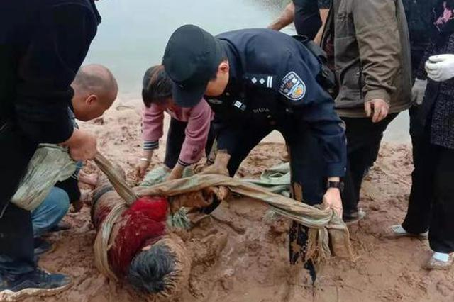 鄭州老人身陷泥沼僅露出半顆頭 危急關頭這群人出現了