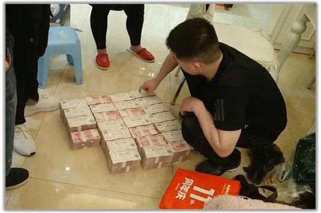 """郑州男子冒充""""局长""""诈骗2500万元 地板夹缝中搜出现"""