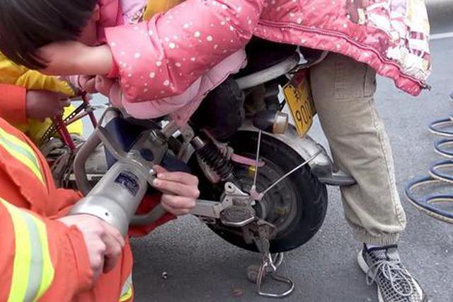 鄭州3歲女童左腳被卷進電動車后輪 消防員緊急救援