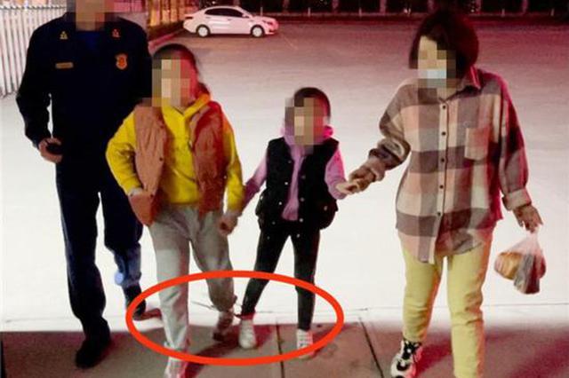 """洛阳俩小姑娘锁住了脚 """"两人三足""""式走到消防队求助"""