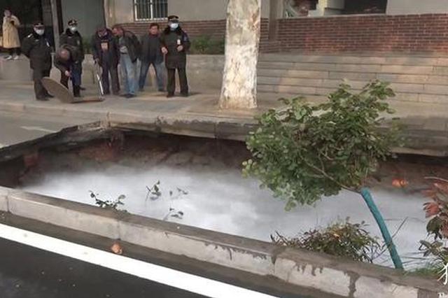 郑州非机动车道塌陷5米大坑 花木瞬间坠入其中 众人连夜抢修