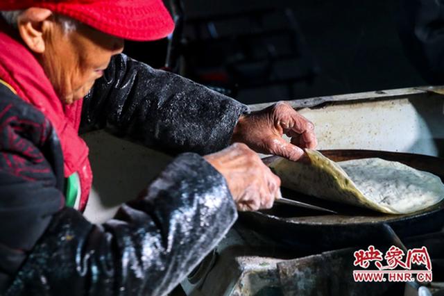 郑州96岁老奶奶深夜卖菜馍爆红网络(图)