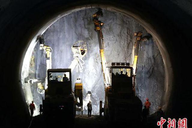 郑万高铁高家坪隧道贯通 系国内最复杂岩溶隧道