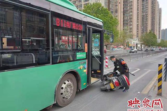 郑州老人骑车走到路中间变红灯 犹豫后继续闯红灯被撞